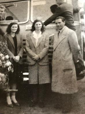 Michele Ferrazza (a destra) con due gitanti a Pompei nel 1950 davanti all'OM Taurus
